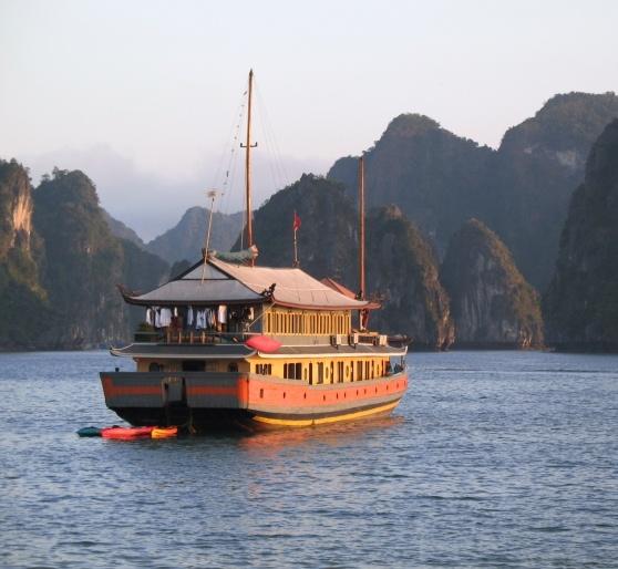 Cruise på en junke i Halong Bay, er en del af Indokina rundrejsen